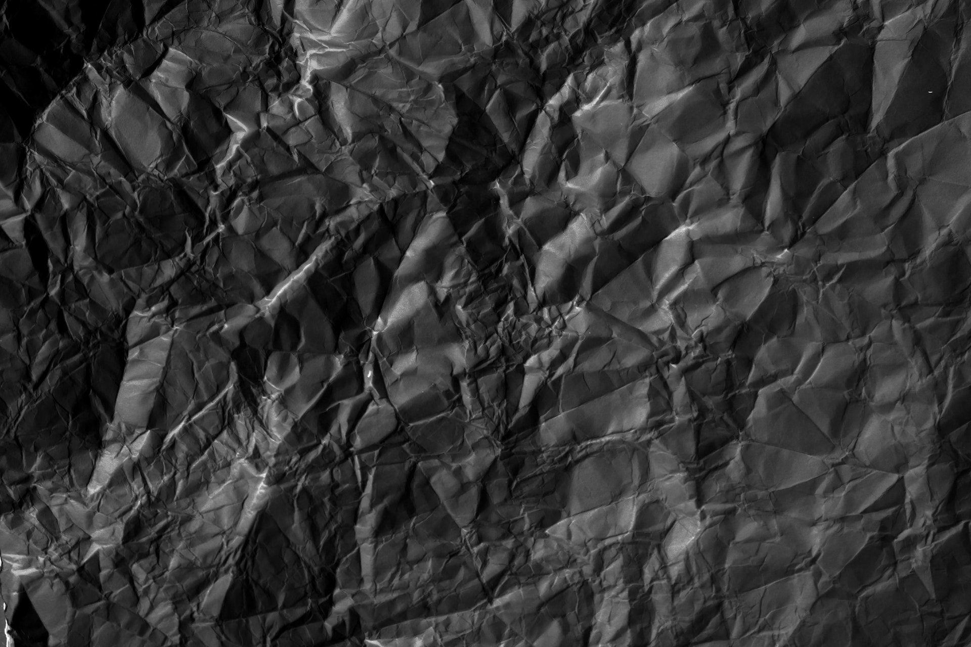 zmačkaný papír